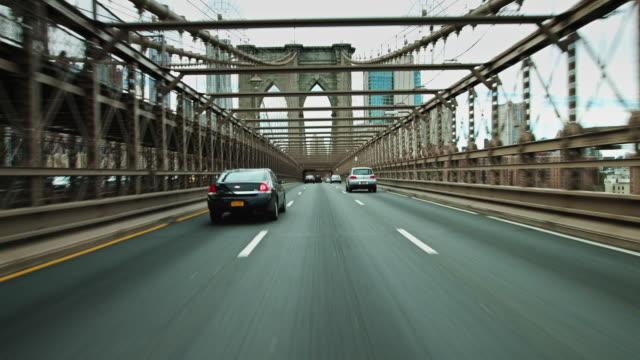 vídeos de stock, filmes e b-roll de brooklyn bridge driving shot - estrada urbana