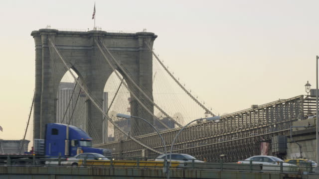 brooklyn bridge establishing shot - brooklyn bridge stock videos & royalty-free footage