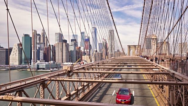 ponte di brooklyn. distretto di manhattan financail. traffico. - yellow taxi video stock e b–roll