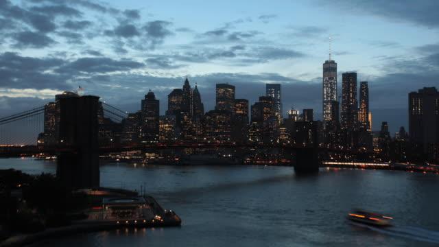 vídeos de stock, filmes e b-roll de brooklyn bridge overpass time lapse - distrito financeiro de manhattan