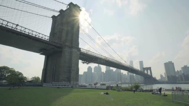 brooklyn bridge park establishing shot - マンハッタン点の映像素材/bロール