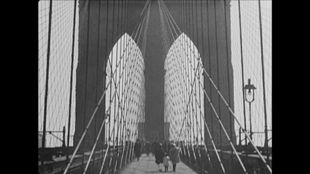 vidéos et rushes de 1921 brooklyn bridge pedestrian path in nyc - pont de brooklyn