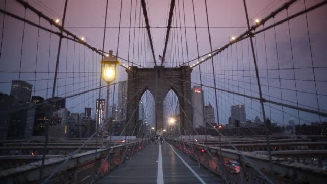 stockvideo's en b-roll-footage met brooklyn bridge - voetgangerspad