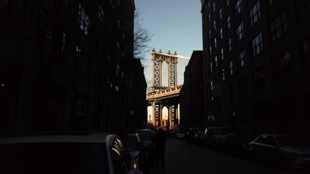 brooklyn bridge view from brooklyn heights - varmt ljus bildbanksvideor och videomaterial från bakom kulisserna