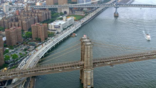 背景のマンハッタン橋とエアリアル ブルックリン ブリッジ - マンハッタン橋点の映像素材/bロール