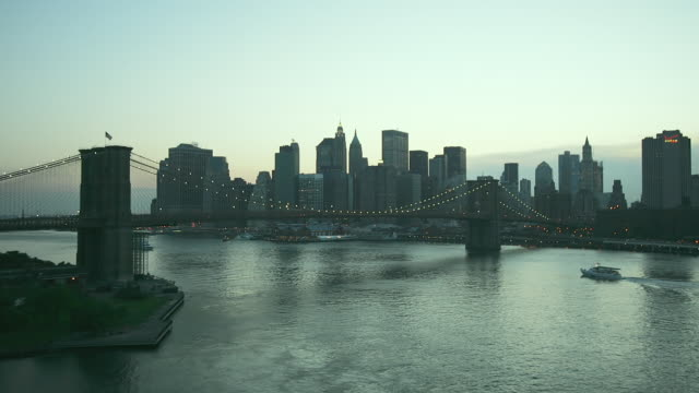 t/l, ws, brooklyn bridge with manhattan skyline in background, day to night, new york city, new york, usa - east river stock videos & royalty-free footage