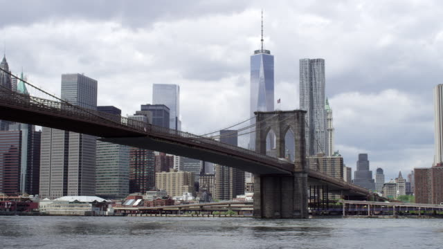 brooklyn bridge with manhattan skyline - one world trade center stock videos & royalty-free footage