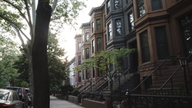 vidéos et rushes de brooklyn brownstone at sunset - establishing shot - 4k - plan de situation