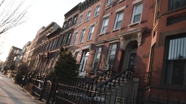 brooklyn city block - sandstein stock-videos und b-roll-filmmaterial
