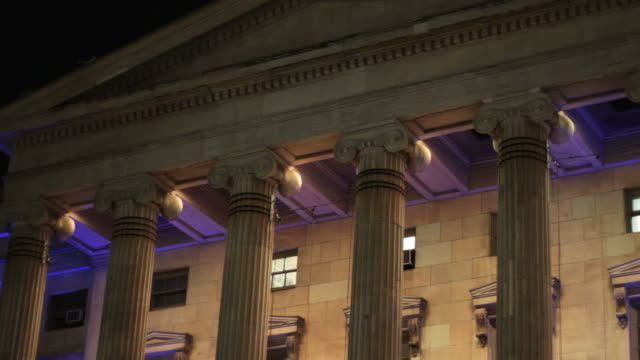 vidéos et rushes de brooklyn courthouse - night - column