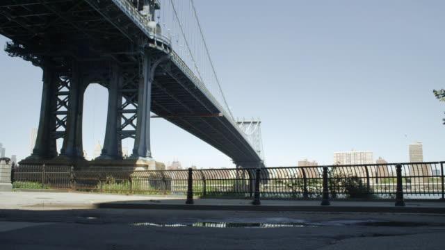 brooklyn cyclist riding by the manhattan bridge - ニューヨーク州 ブルックリン点の映像素材/bロール