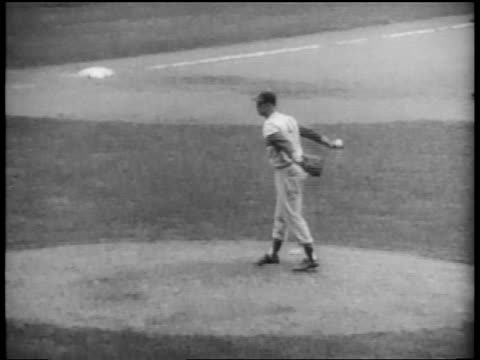 vídeos de stock e filmes b-roll de brooklyn dodger clem labine pitching in world series game / nyc - camisola de basebol