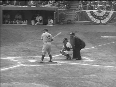 vídeos de stock e filmes b-roll de brooklyn dodger roy campanella at bat waiting for pitch / world series - camisola de basebol