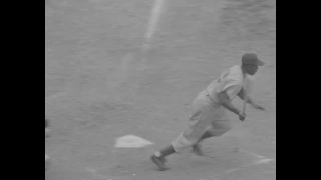vídeos y material grabado en eventos de stock de ws brooklyn dodgers playing milwaukee braves at county stadium in milwaukee / various shots crowd in stands watching game / ws dodgers infielder jim... - base home