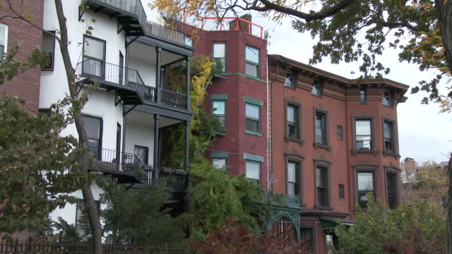 brooklyn heights townhouses / brownstones - mehrfamilienhaus stock-videos und b-roll-filmmaterial