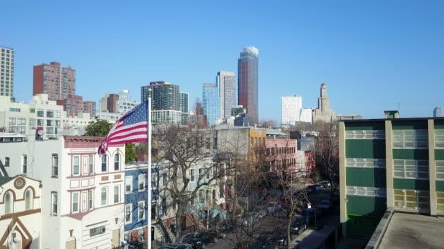 アメリカの国旗 - 空中ドローンとのブルックリンの近所 - 小学校点の映像素材/bロール
