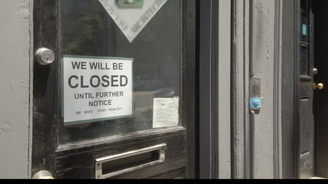 "vidéos et rushes de brooklyn nyc signage of business closed during coronavirus (""covid-19"") - pandémie"