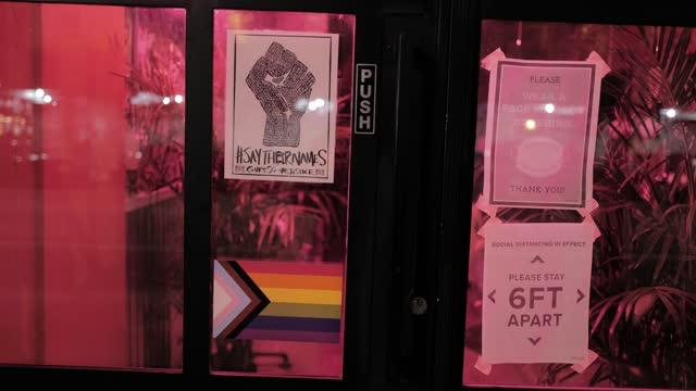brooklyn, nyc. social justice signage. - fensterrahmen stock-videos und b-roll-filmmaterial