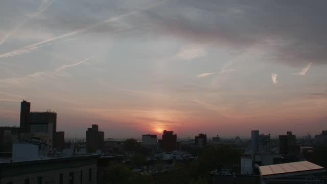 vidéos et rushes de brooklyn rooftops at sunset - crépuscule