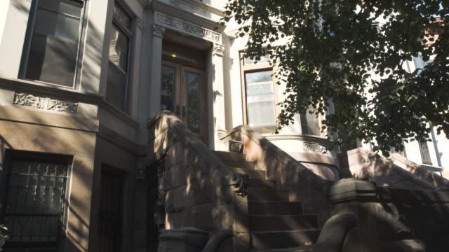 brooklyn street - establishing shot - new york city - summer 2016 - 4k - terraced house stock videos & royalty-free footage
