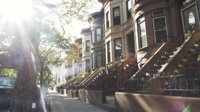 brooklyn street - establishing shot - new york city - summer 2016 - 4k - etablera scenen bildbanksvideor och videomaterial från bakom kulisserna