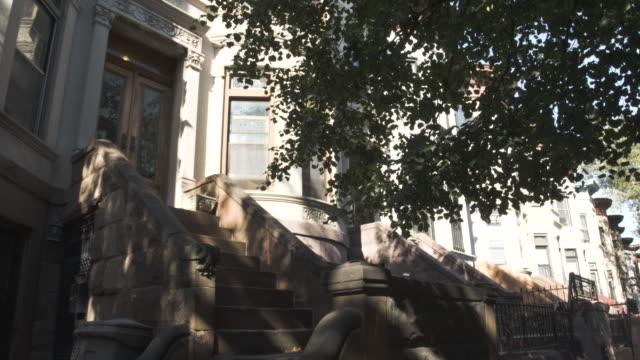 brooklyn street - establishing shot - new york city - summer 2016 - 4k - row house stock videos & royalty-free footage