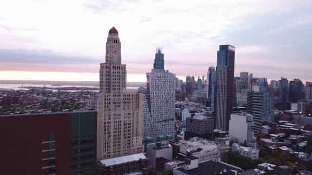 vídeos de stock, filmes e b-roll de brooklyn's williamsburg savings bank at sunset - williamsburg new york