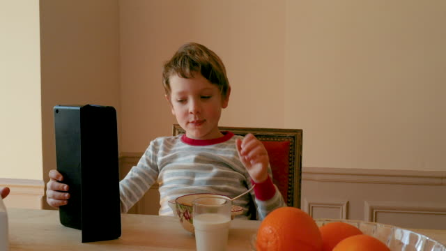vidéos et rushes de a brother and a sister having their breakfast together, morning - brother