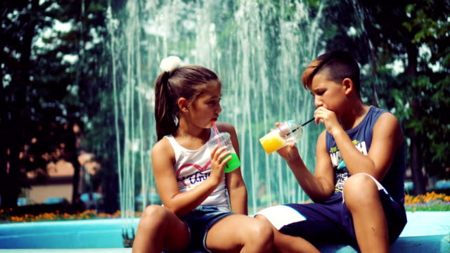 vídeos de stock e filmes b-roll de brother and sister drinking juice - 12 13 anos