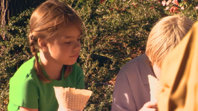 brother and sister eating ice cream - haarzopf stock-videos und b-roll-filmmaterial