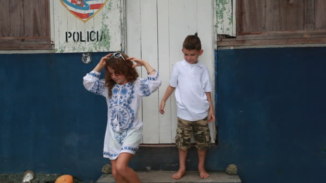 vidéos et rushes de brother and sister express silly affection with their sunglasses falling off their face and brother tries to kiss sister and then mom walks into frame and hugs son spinning him around and sister looks at brother through sunglasses. - kelly mason videos