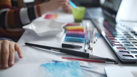 bror och syster lär sig måla hemma - boningsrum bildbanksvideor och videomaterial från bakom kulisserna