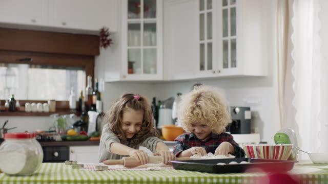 vidéos et rushes de frère et soeur faisant des biscuits - soeur
