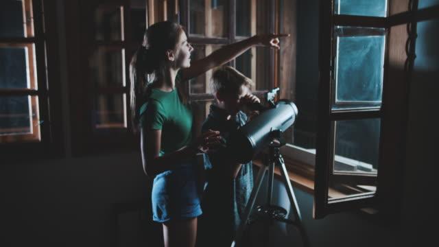 bruder und schwester beobachten den mond und die sterne - neugierde stock-videos und b-roll-filmmaterial