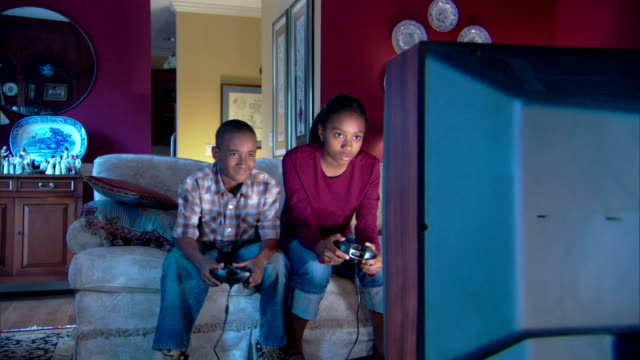 brother and sister playing video game - andere clips dieser aufnahmen anzeigen 1282 stock-videos und b-roll-filmmaterial