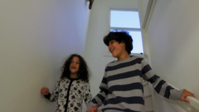 brother and sister running to open presents - 10 11 år bildbanksvideor och videomaterial från bakom kulisserna