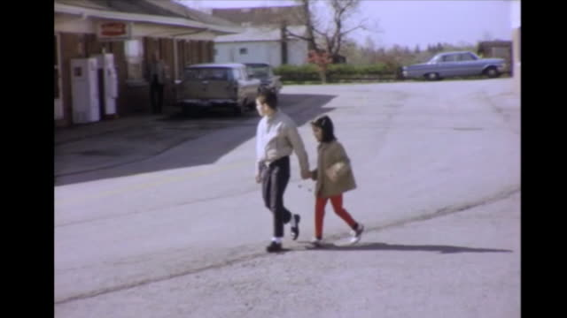 vidéos et rushes de 1964 brother and sister walking hand in hand, mother with daughter - frère