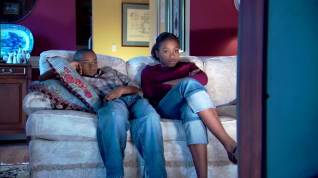 brother and sister watching television - andere clips dieser aufnahmen anzeigen 1282 stock-videos und b-roll-filmmaterial