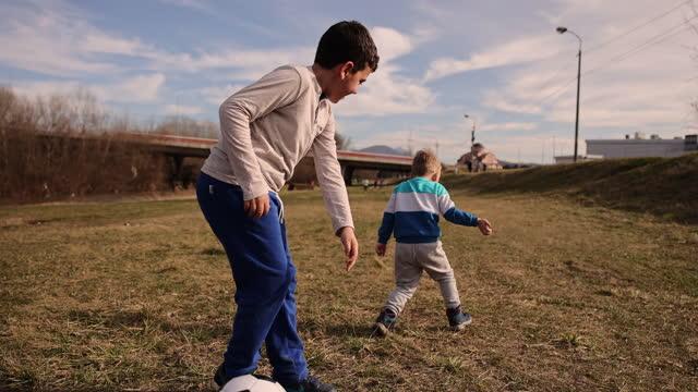 vídeos de stock, filmes e b-roll de irmãos se divertindo brincando com bola. - sérvia