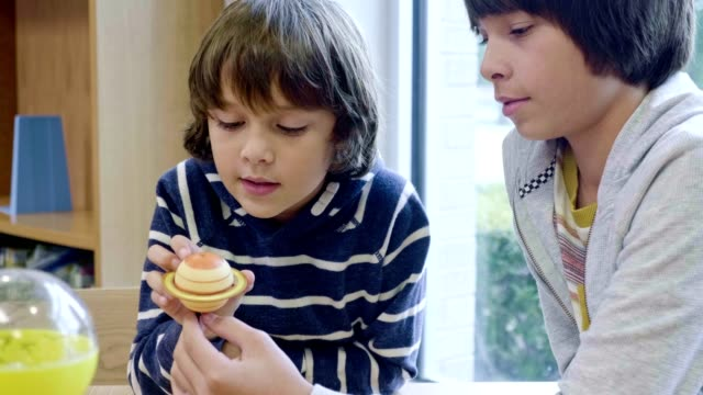 vídeos de stock e filmes b-roll de brothers learn about the solar system - aluna da escola secundária