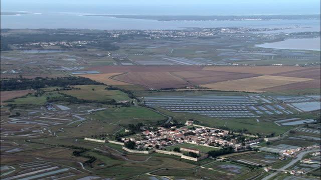 vidéos et rushes de brouage-vue aérienne, poitou-charentes, charente-maritime, arrondissement de rochefort, france - forteresse