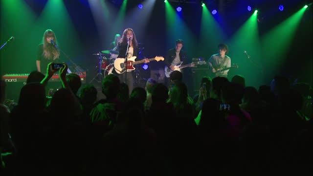børns brought his psychedelic pop sound to the jbtv stage with his song '10000 emerald pools' - psychedelische musik stock-videos und b-roll-filmmaterial