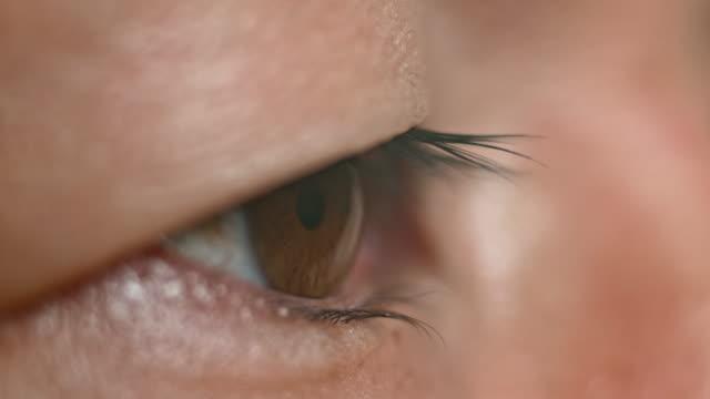 ecu brun asiatiska eye öppning - sedd från sidan bildbanksvideor och videomaterial från bakom kulisserna