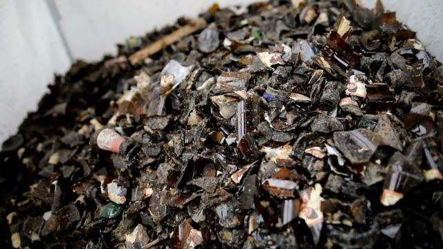 braun zerbrach leere flaschen in beutel zum recycling-rückgewinnung von abfällen - braun stock-videos und b-roll-filmmaterial