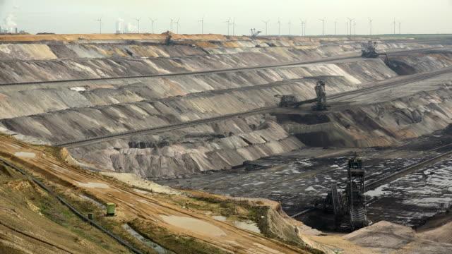 brown coal mining in garzweiler, north rhine-westphalia, germany - kohlengrube stock-videos und b-roll-filmmaterial