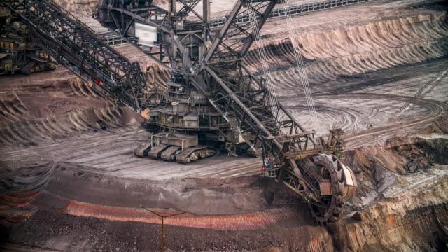 vídeos de stock, filmes e b-roll de marrom opencast mineração de carvão - carvão