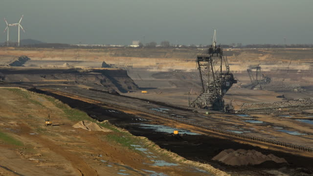 vidéos et rushes de brown coal open-pit mining garzweiler near grevenbroich, north rhine-westphalia, germany - industrie minière