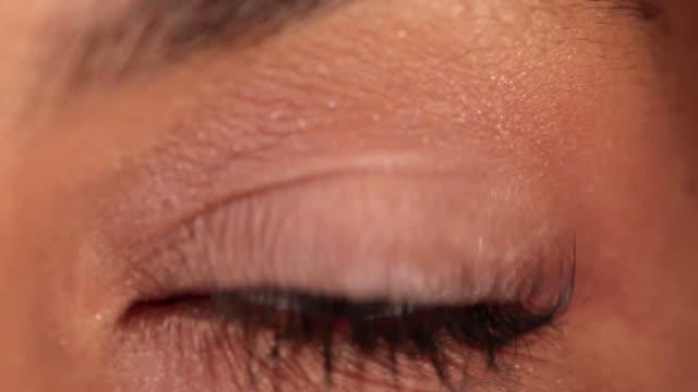 vídeos de stock, filmes e b-roll de cu brown eye opening and blinking iris / sao paulo, brazil - olhos castanhos