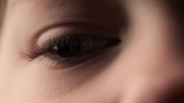 vidéos et rushes de fille aux yeux bruns - nez humain