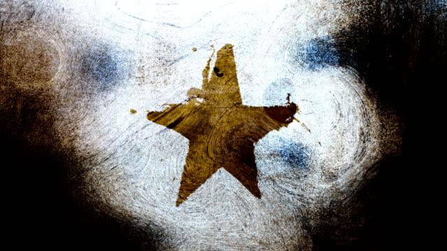 stockvideo's en b-roll-footage met bruin grunge stervorm symbool op een hoog contrastrijke grungy en vuile, verontruste en vlekken muur 4k video achtergrond met swirls street stijl voor de concepten van populariteit, beroemdheden, roem, hollywood, reputatie, glorie, overgangen en titels. - star shape